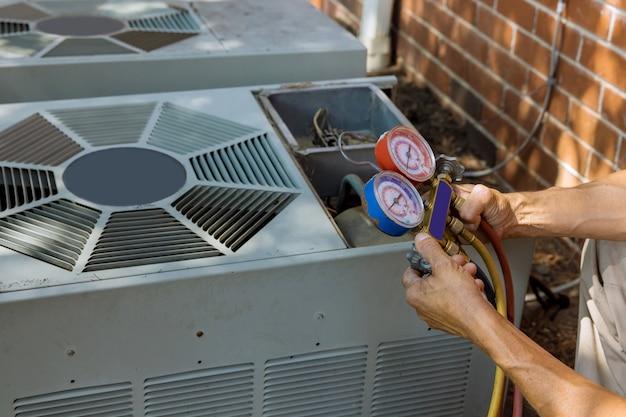 Tecnico di condizionamento di preparazione al condizionatore d'aria.