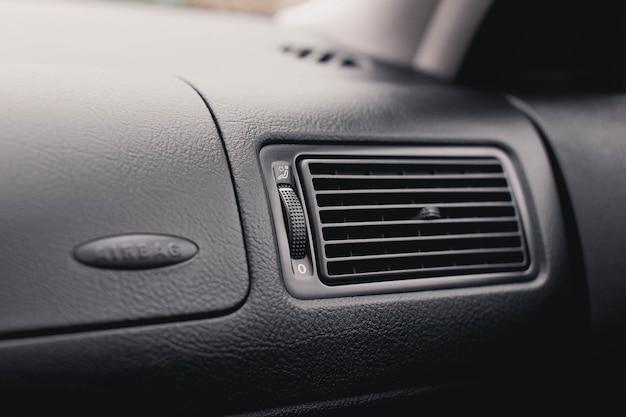Automobile del conduttore di aria. griglia del condizionatore da vicino.