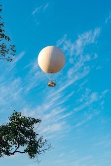 Mongolfiera per escursione aerea per passeggeri contro il cielo blu, tbilisi.