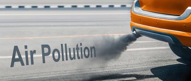 Crisi di inquinamento atmosferico in città dal tubo di scarico del veicolo diesel sulla strada