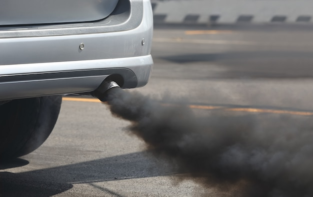 Inquinamento atmosferico dal tubo di scarico del veicolo su strada.