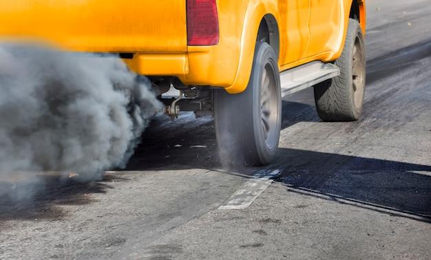 Inquinamento atmosferico dal tubo di scarico del veicolo su strada