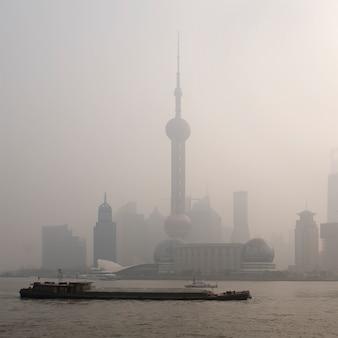 Inquinamento dell'aria sopra shanghai, una chiatta sta passando