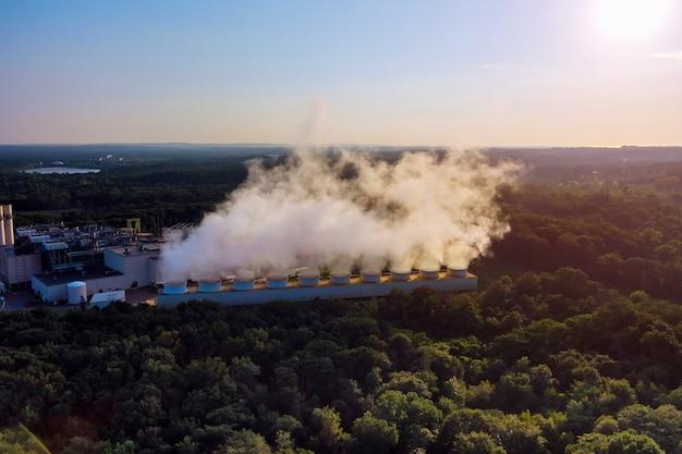 Inquinamento atmosferico nella centrale termica funzionante con fumo in vista industriale