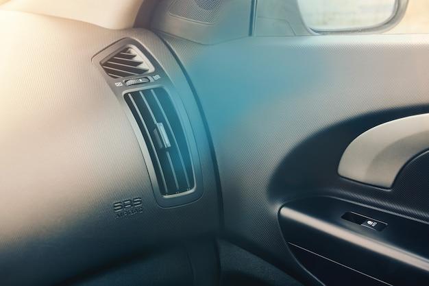 Griglia di ventilazione nell'abitacolo dell'auto. aria fredda che scorre dal sistema di condizionamento dell'auto. dettaglio interni della vettura.