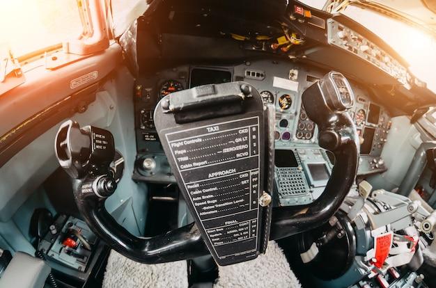 Vista del volantino della cabina di pilotaggio dell'aereo sul pannello di controllo.