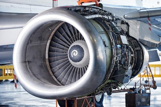Manutenzione del motore dell'aereo: pannelli aperti di un grande motore di un aereo parcheggiato. nessuno