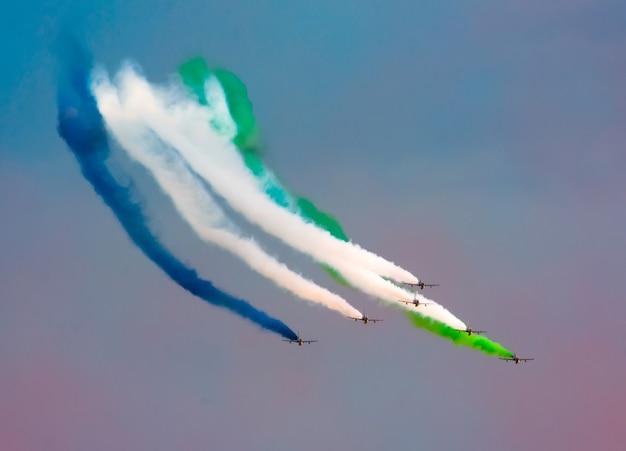Gli aerei da combattimento fumano sullo sfondo delle nuvole del cielo.