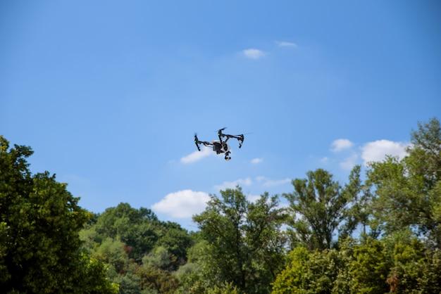 L'aereo sta volando in aria sulla natura di un elicottero