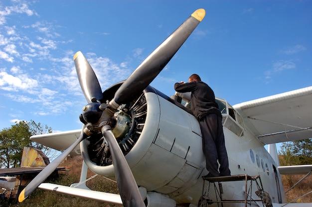 Un meccanico aeronautico prepara l'aereo per il volo. primo aereo ucraino del dopoguerra an-2.