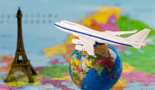 Modelli di aeromobili e globi sulla mappa. concetto di viaggio (elementi di questa immagine forniti b