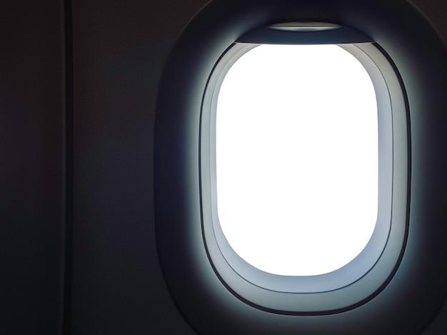 Finestra del velivolo con uno spazio vuoto bianco