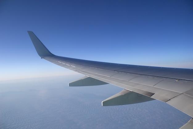 Ala di aeromobili nel cielo in alta quota sopra le nuvole