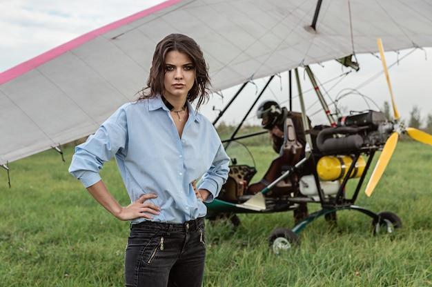 Sul campo d'aviazione e una ragazza che vola in un motoparaplane.