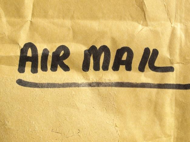 Etichetta di posta aerea sul pacchetto