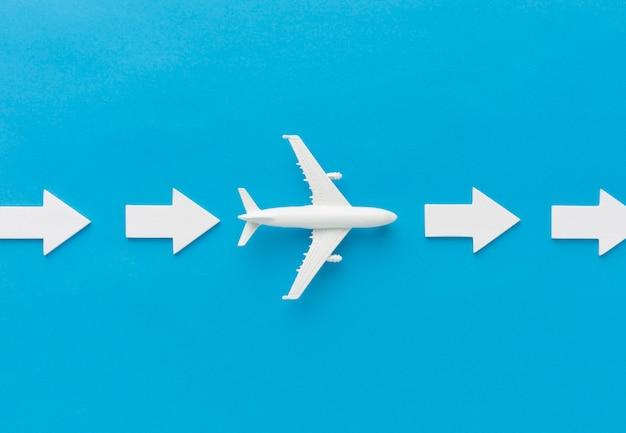 Aeroplano e frecce che puntano a destra