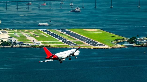Aereo prima di atterrare all'aeroporto di rio de janeiro in brasile
