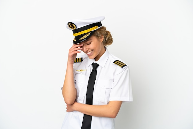 Pilota della donna bionda dell'aeroplano isolato su fondo bianco che ride