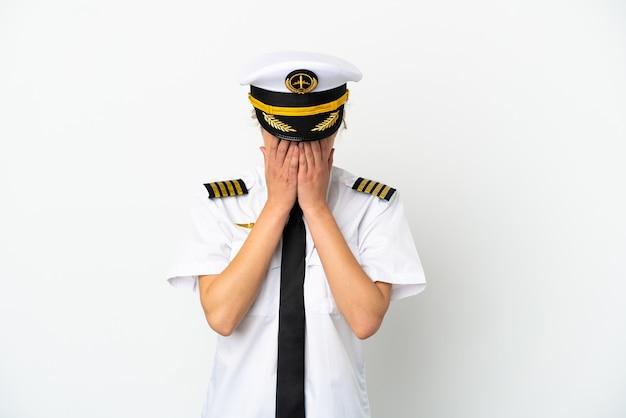 Pilota di donna bionda aereo isolato su sfondo bianco con espressione stanca e malata