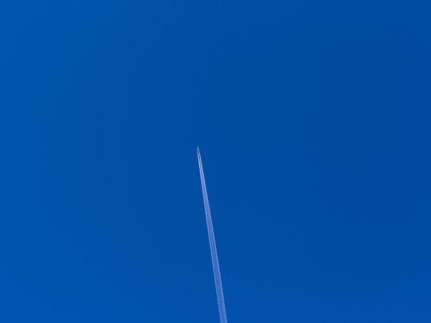 Aereo nel cielo azzurro
