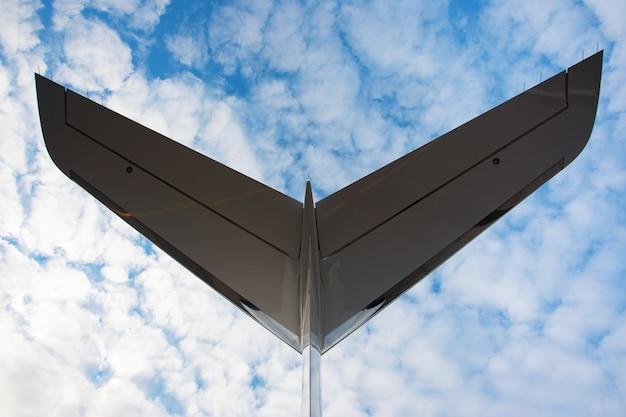 Un'immagine ravvicinata della coda di un aereo d'affari sul bellissimo cielo