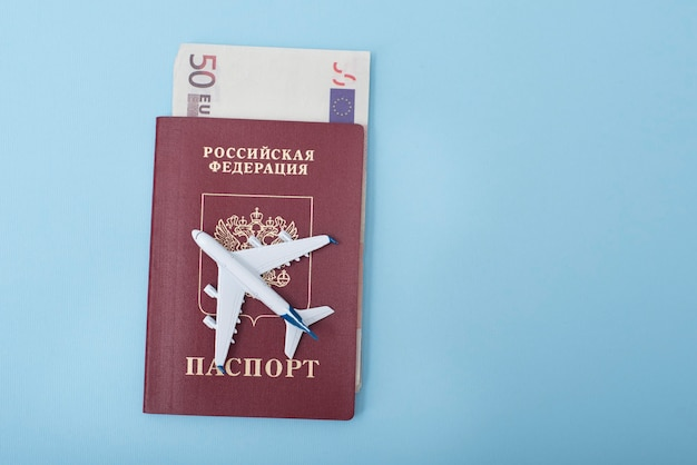 Aereo sulla copertina di un passaporto russo. euro. concetto di viaggio. superficie blu
