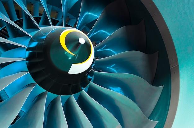 Motore dell'aeroplano e pale con retroilluminazione blu illuminazione da vicino.