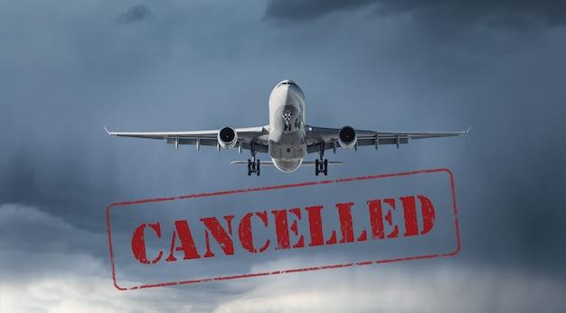 Cancellazione aereo e volo. voli cancellati negli aeroporti di europa, asia e usa. viaggio annullato a causa della pandemia di coronavirus. sfondo di aerei passeggeri in volo con testo. covid-19