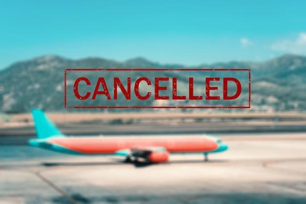 Cancellazione aereo e volo. voli cancellati negli aeroporti di europa, asia e usa. viaggio annullato. pandemia di coronavirus. sfondo di aerei passeggeri sulla pista al tramonto e testo. covid-19