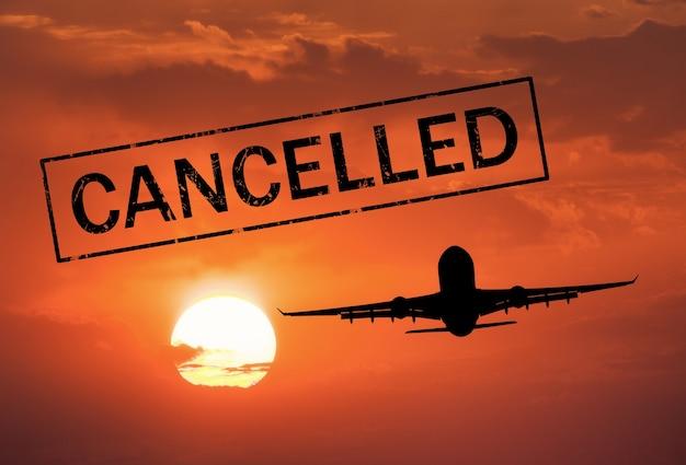 Cancellazione aereo e volo. voli cancellati negli aeroporti di europa, asia e usa. viaggio annullato. pandemia di coronavirus. fying aerei passeggeri nel cielo arancione al tramonto e al testo. covid-19