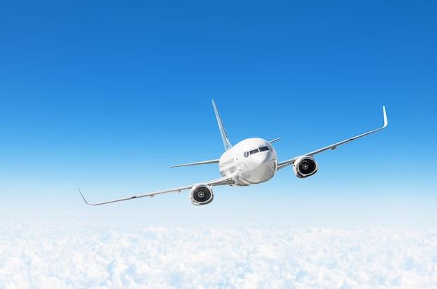 L'aeroplano vola nel cielo blu sotto le nuvole, con spazio per il testo.