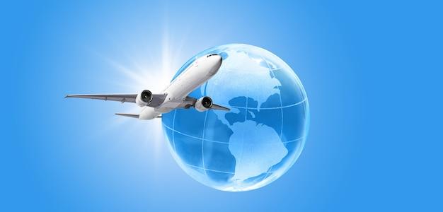 Aeroplano che vola intorno al concetto di viaggio del globo terrestre