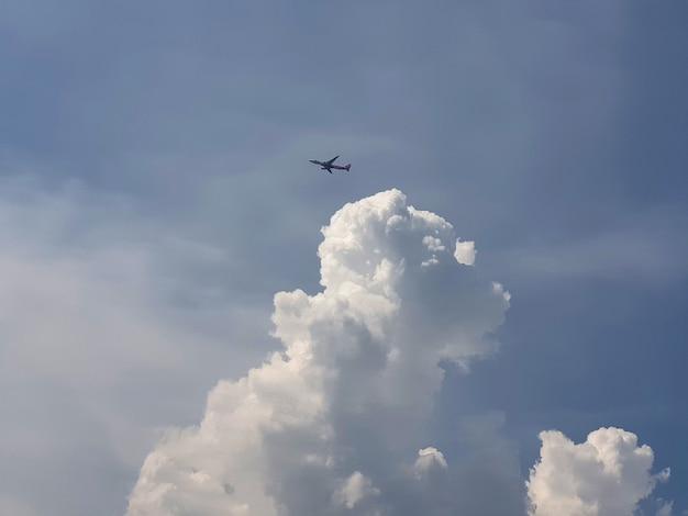 Aeroplano che vola sopra le nuvole negli sfondi del cielo