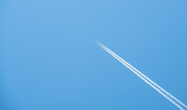 Aereo che vola alto nel cielo blu