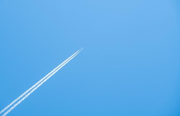 Aereo che vola alto nel cielo blu Foto Premium