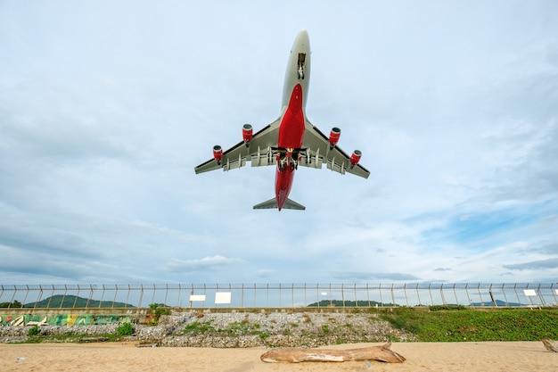 L'aereo che vola decolla all'aeroporto