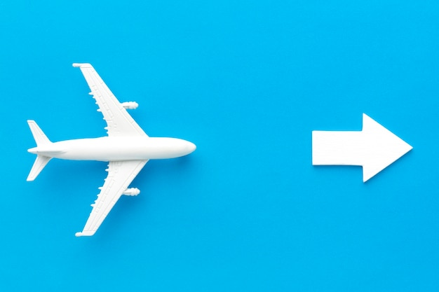 Aeroplano seguendo la freccia che punta a destra Foto Premium