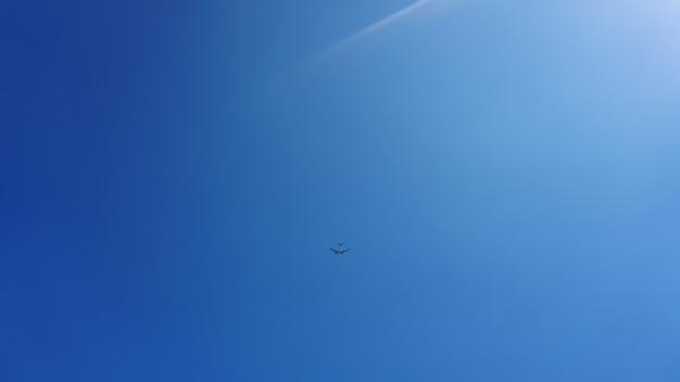 Aereo che frigge nel cielo blu - giornata di sole