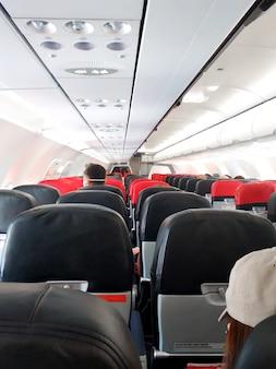 Interni dell'aeroplano, portapacchi e pulsanti di controllo della ventilazione.