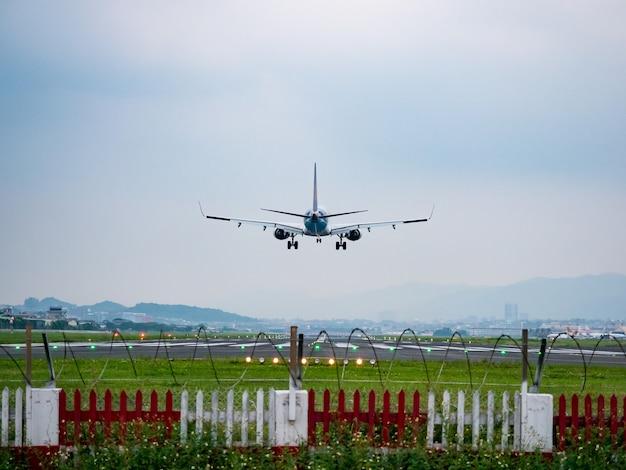 Atterraggio aereo nella città di taipei, taiwan.