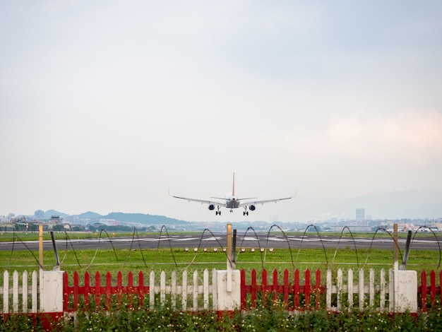 Atterraggio aereo a taipei, taiwan.