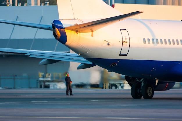 Aereo parcheggiato in aeroporto e preparazione per il prossimo volo