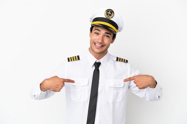 Pilota di aeroplano su sfondo bianco isolato orgoglioso e soddisfatto di sé