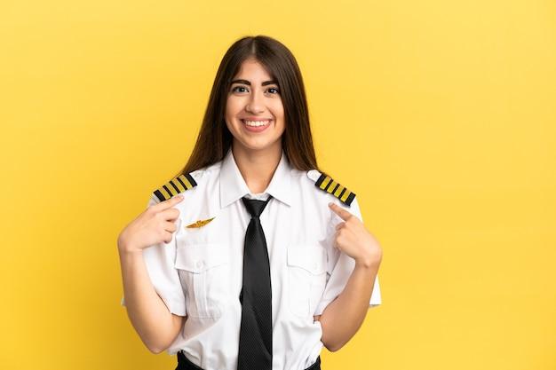 Pilota di aeroplano isolato su sfondo giallo con espressione facciale a sorpresa