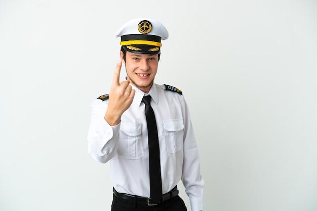 Pilota russo dell'aeroplano isolato su fondo bianco che fa il gesto imminente