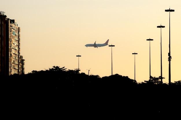 Siluetta dell'aeroplano sull'argine del flamengo a rio de janeiro, brasile.