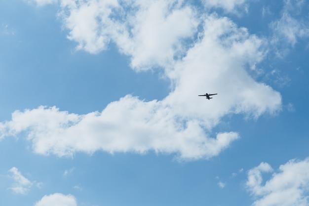 Aereo nel cielo in una giornata di sole