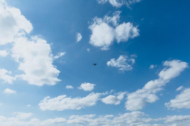 Aereo nel cielo con il concetto di sicurezza pandemica delle persone evacuate