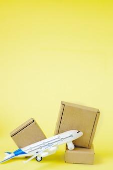 Aeroplano e pila di scatole di cartone. concetto di carico aereo e pacchi, posta aerea.