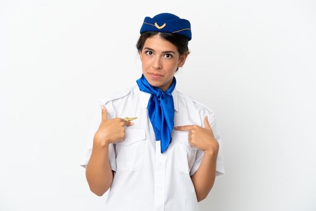 Donna caucasica hostess aeroplano isolata su sfondo bianco con espressione facciale a sorpresa